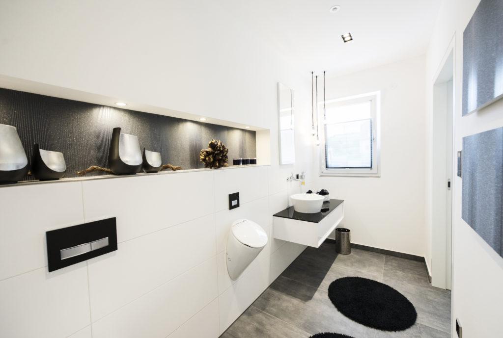Exklusives Gäste-WC mit Urinal - ein tRAUM in schwarz und weiß ...