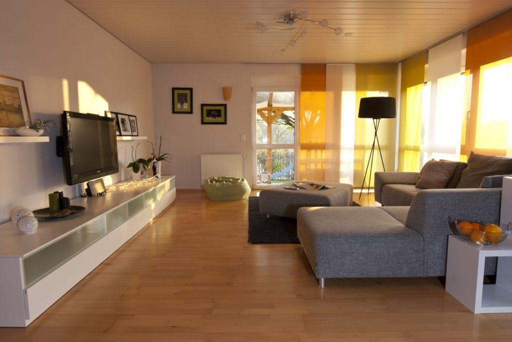 Wohn- und Essraum mit Tapete gestaltet