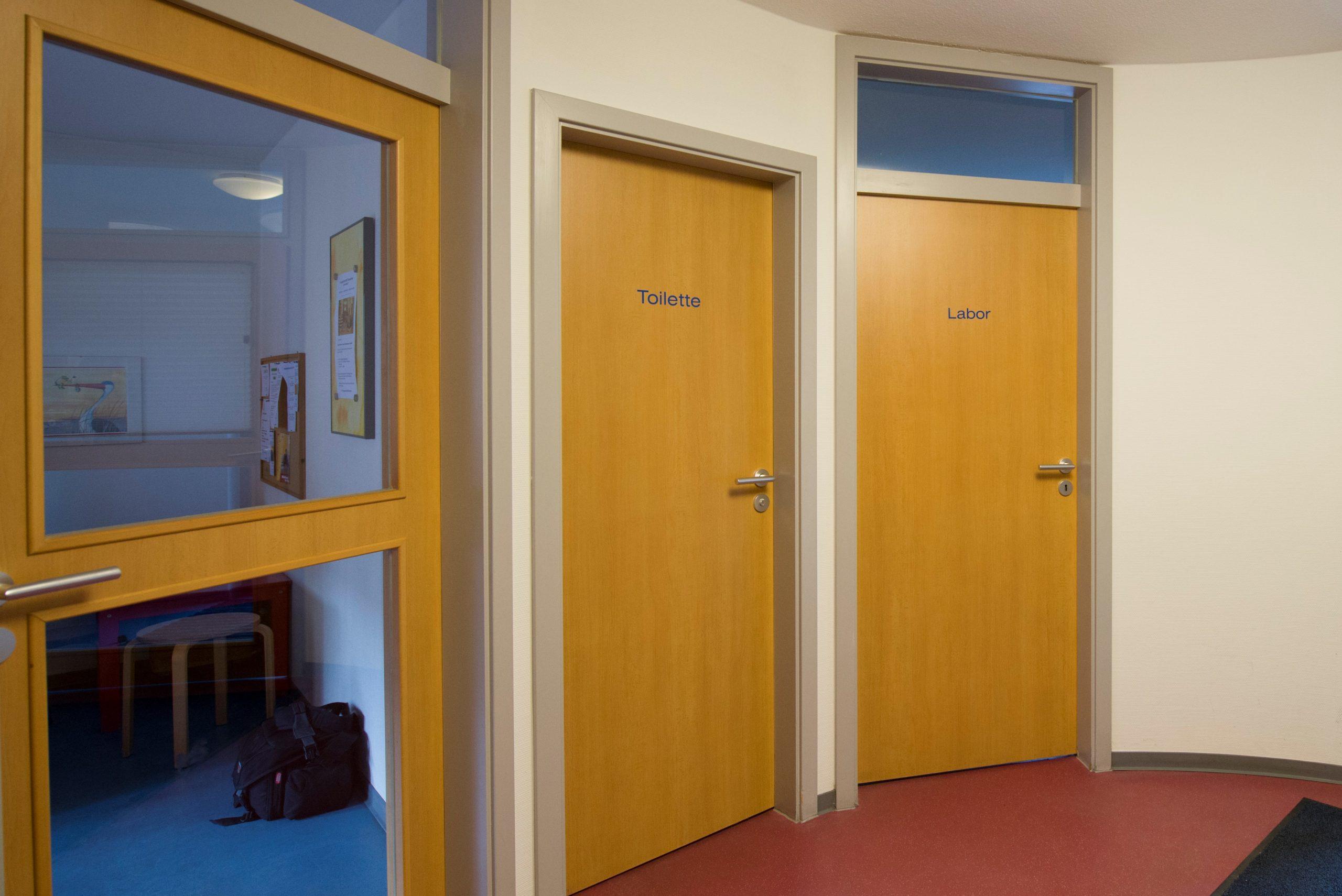 Arztpraxis Türenbeschriftung vor Umgestaltung.