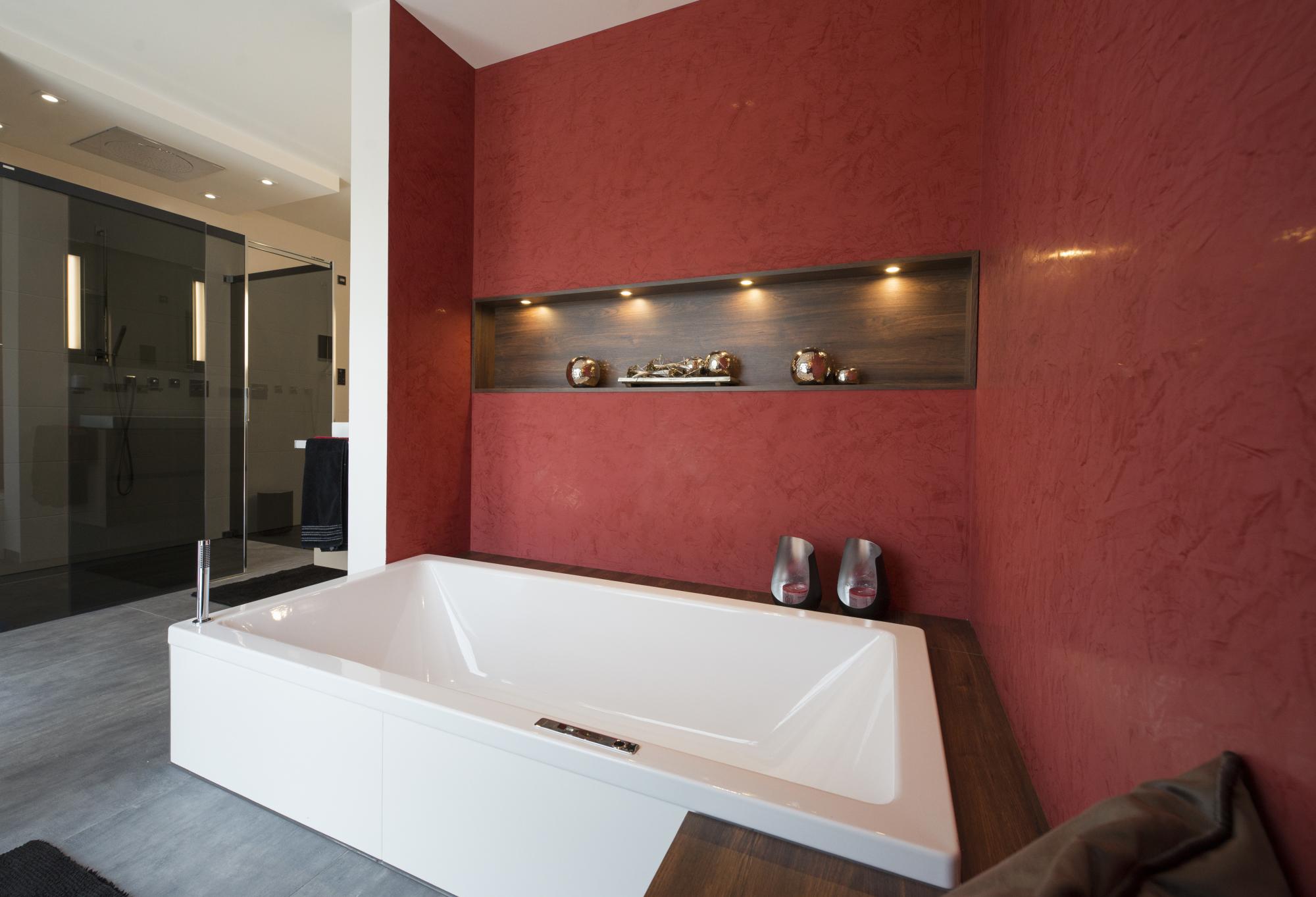 www.ideenraumgeben.de-exklusives-bad-mit-viel-wohlfuehlfaktor-badewanne-mit-holzumbau-1
