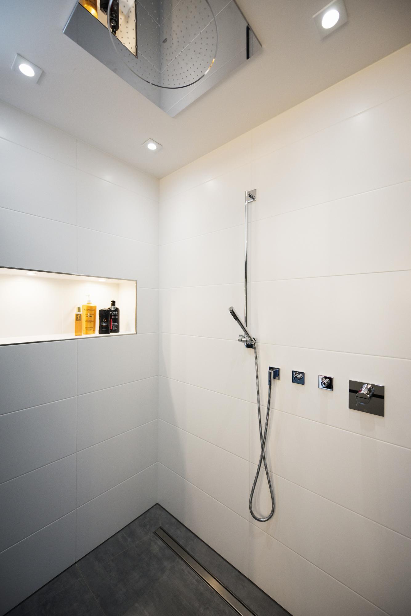 www.ideenraumgeben.de-exklusives-bad-mit-viel-wohlfuehlfaktor-dusche-von-innen